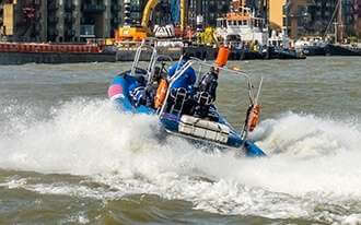 שייט בסירת מרוץ בתמזה - אטרקציה אקסטרימית שכובשת את לונדון